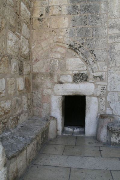 """La llamada """"Puerta de la Humildad"""", acceso a la Gruta de la Natividad"""
